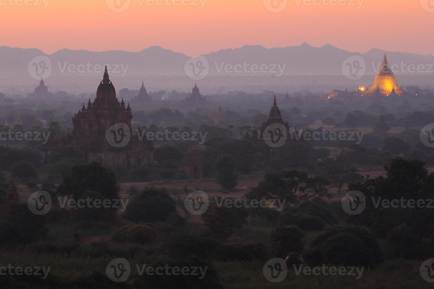 voor zonsondergang in Myanmar foto