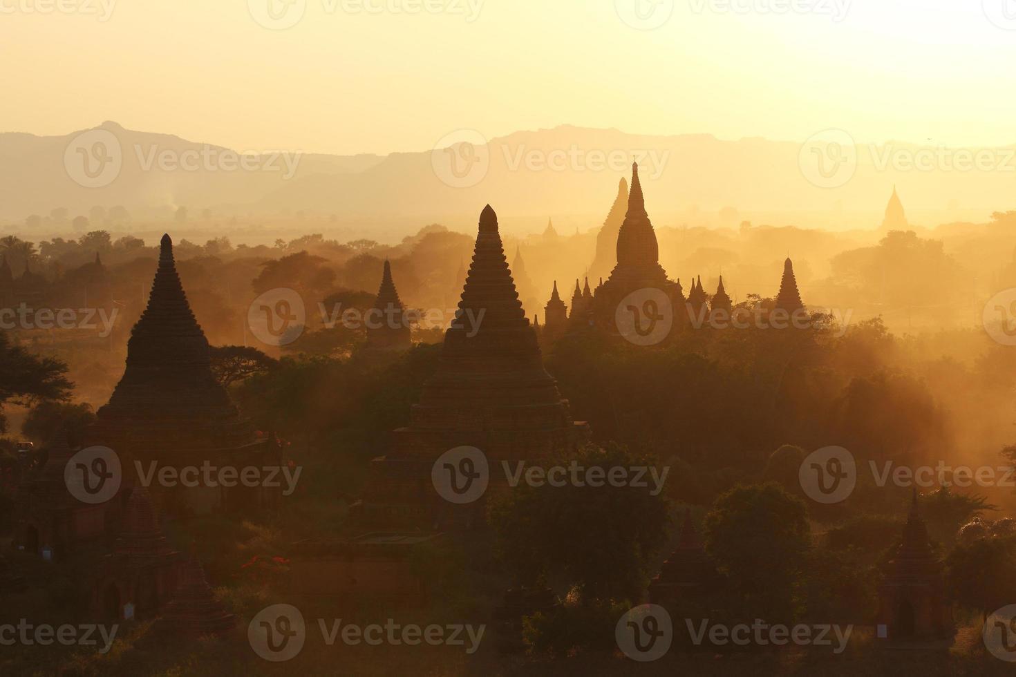 gouden licht en veel pagodes foto