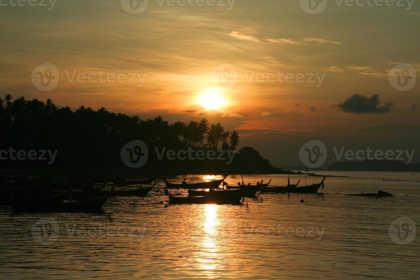 zonsopgang op het strand van Phuket foto