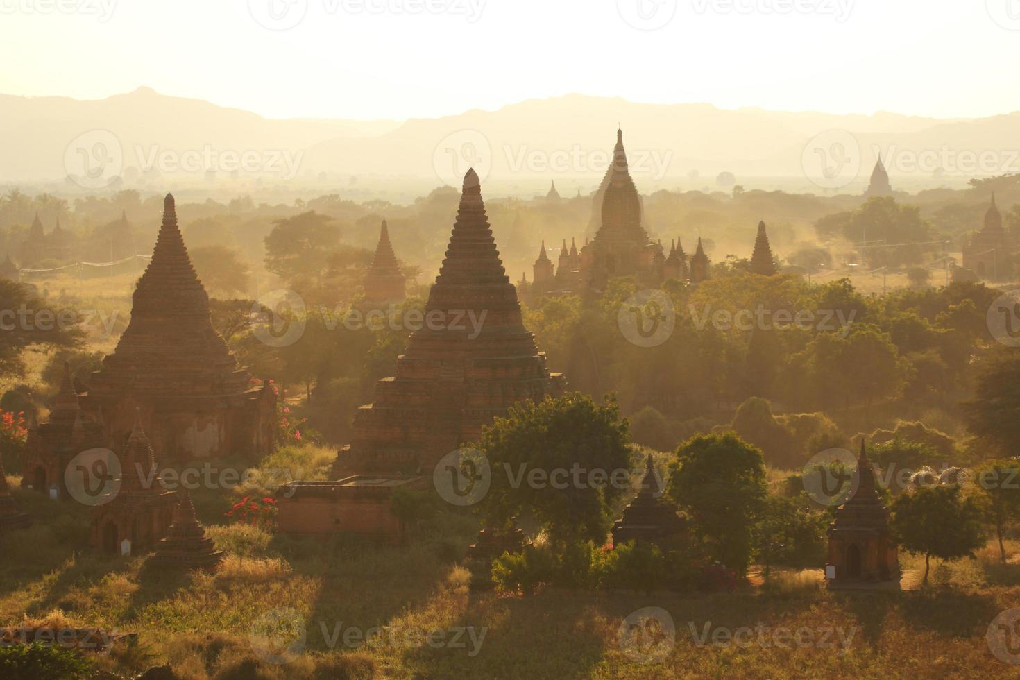 veel pagodes in bagan foto