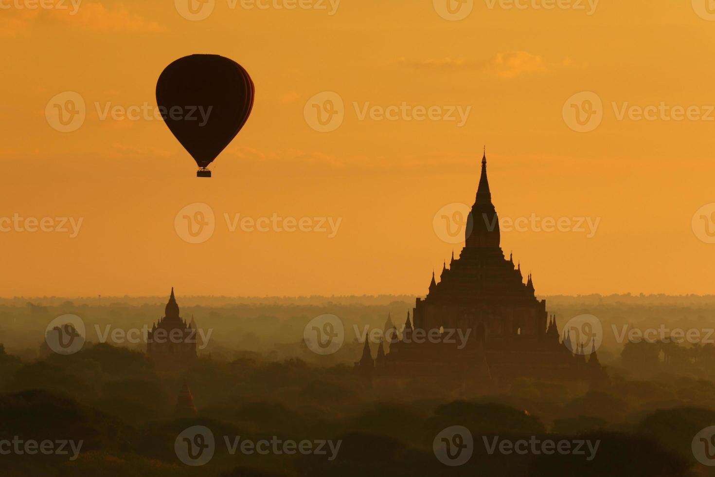 ballon over bagan pagode met zonsopgang foto