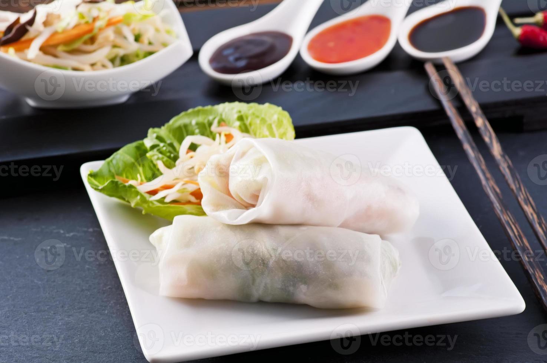 loempia's met sauzen en salade foto
