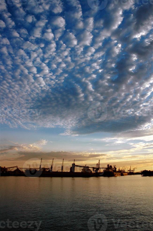 zeehaven en hemel bij zonsondergang foto