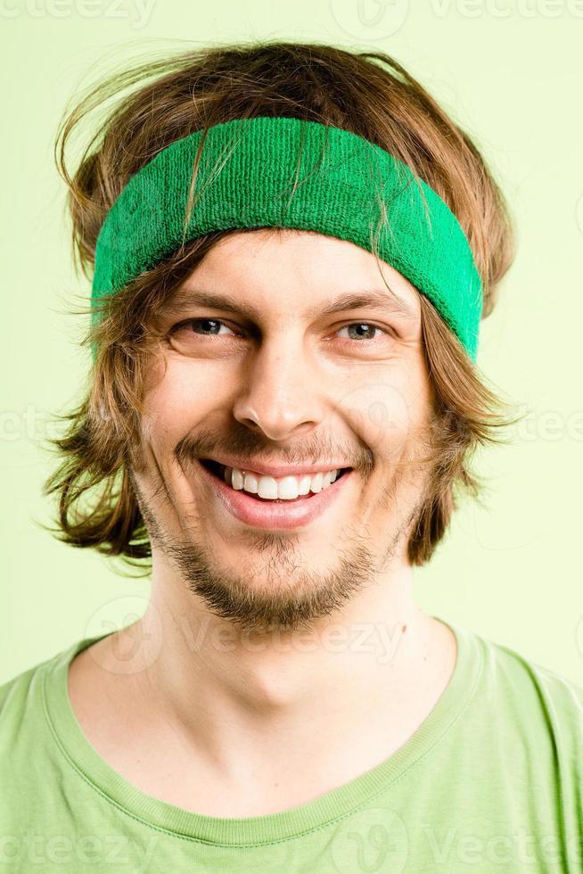 gelukkig man portret echte mensen high-definition groene achtergrond foto