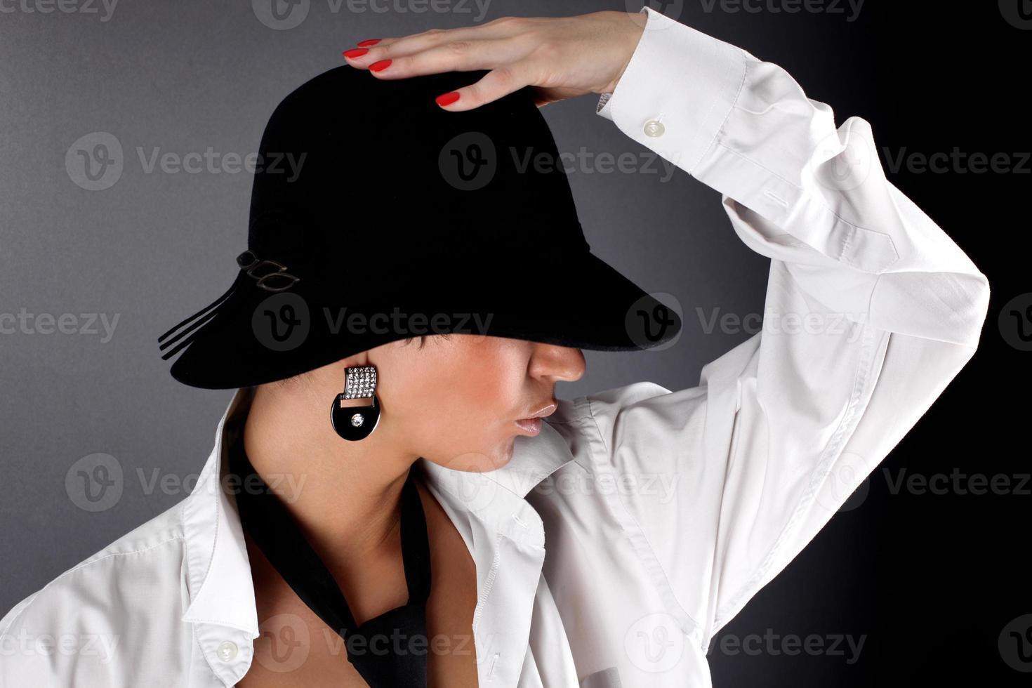 mode jonge vrouw in hoed verbergend oog foto