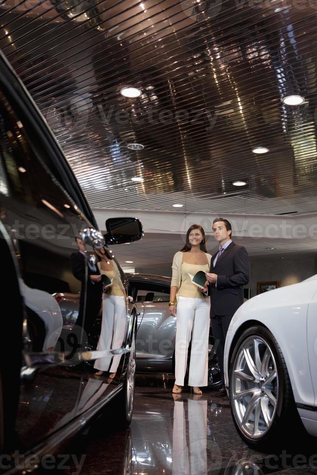 gelukkige mensen in een auto showroom foto