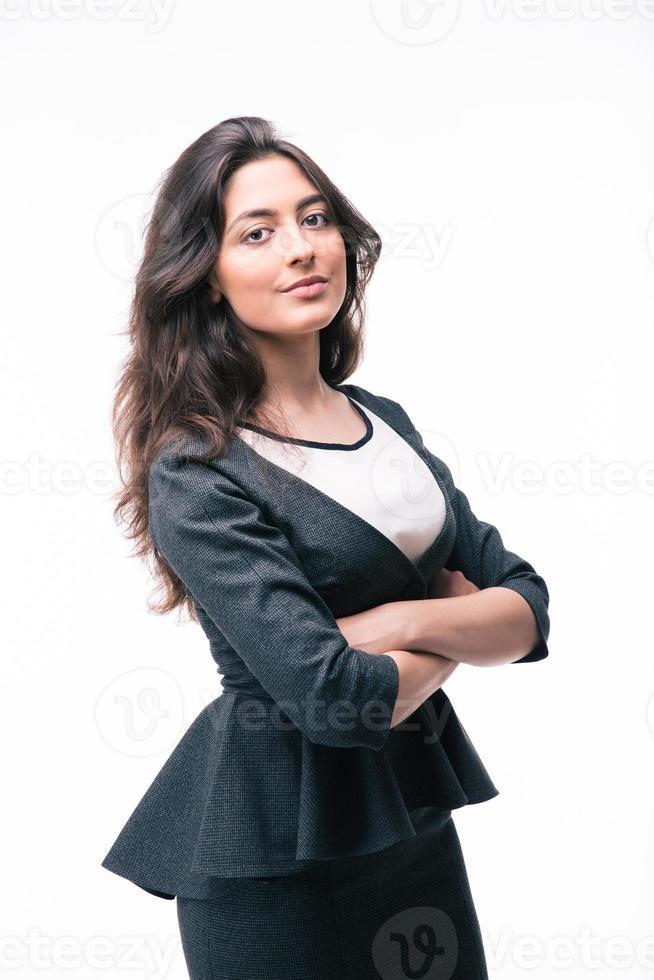 ernstige zakenvrouw permanent met gevouwen armen foto