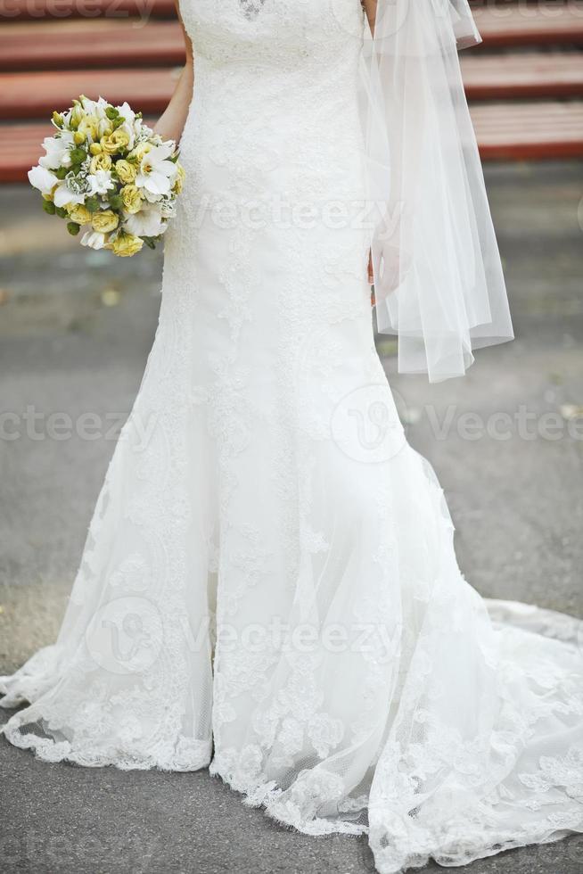 gelukkige bruid buiten op trouwdag. foto