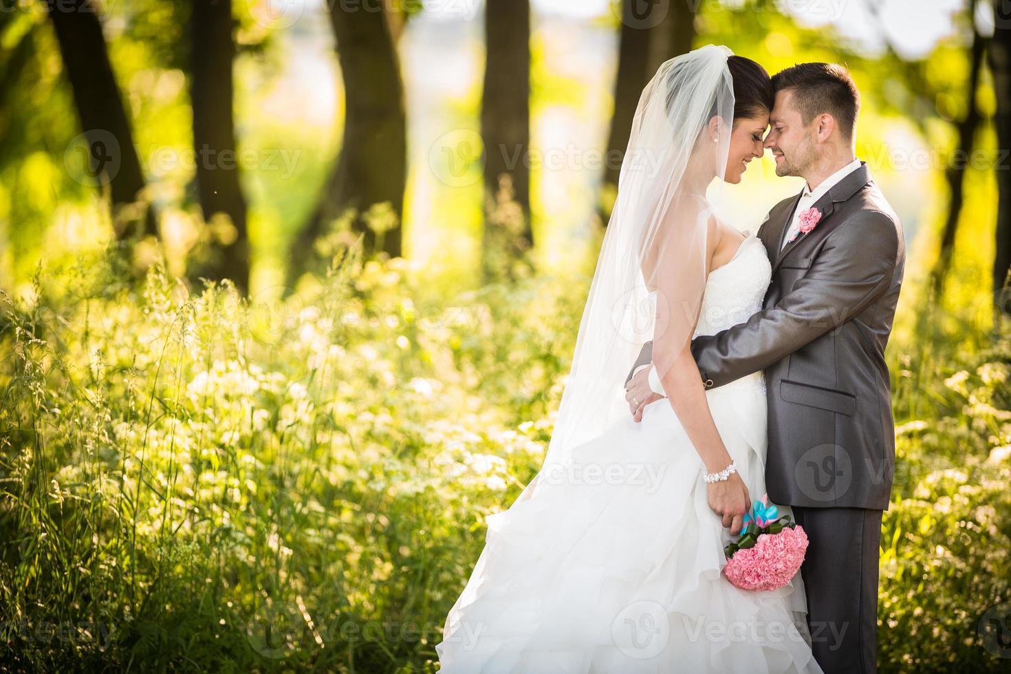 portret van een jong bruidspaar foto