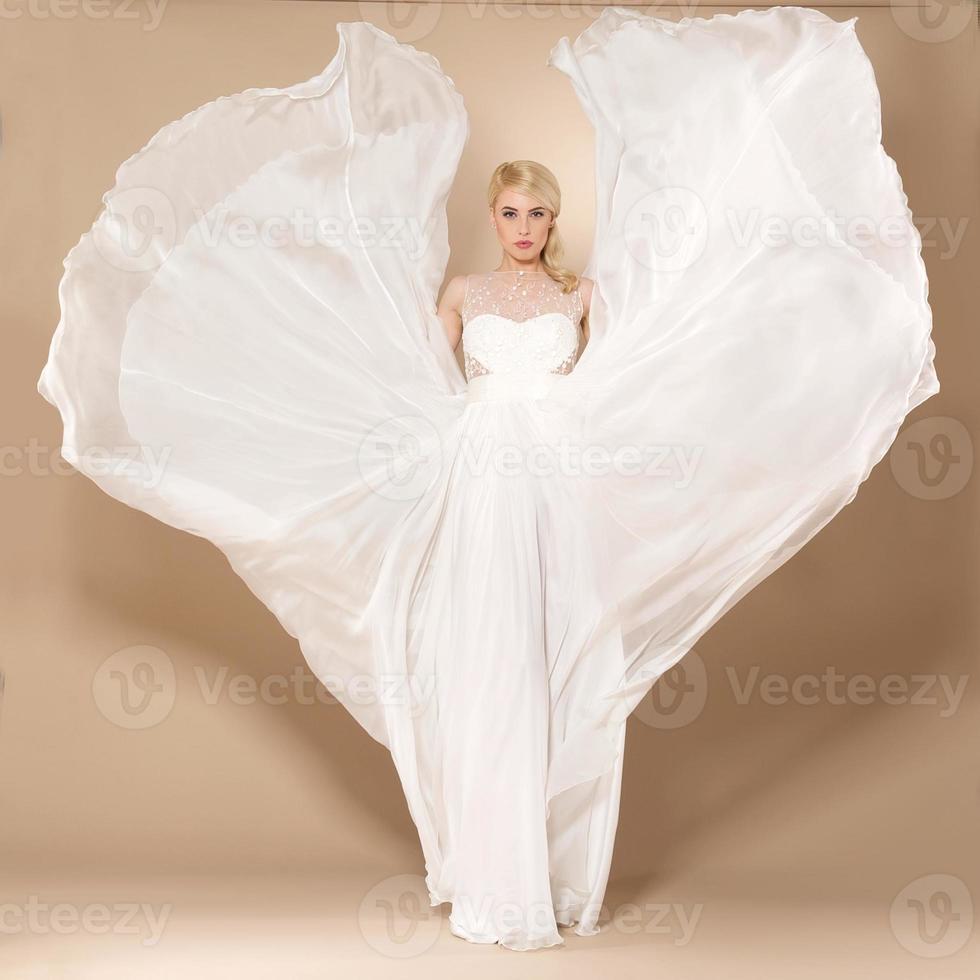 de mooie jonge vrouw poseren in een trouwjurk foto