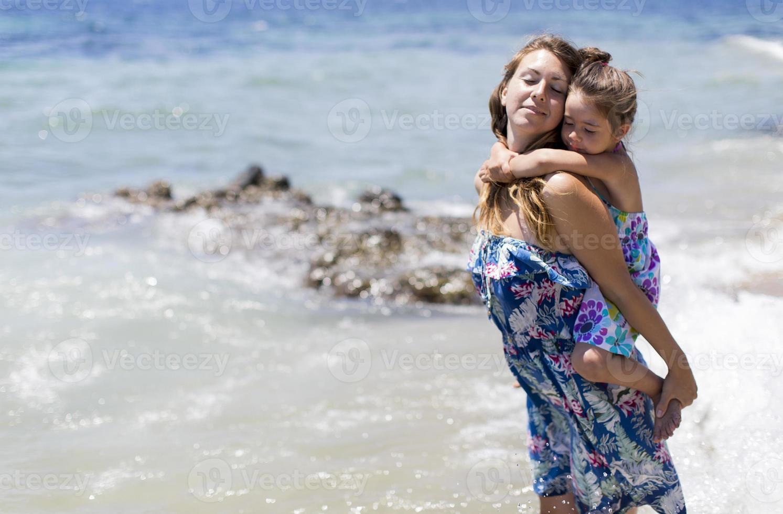 moeder en dochter op het strand foto