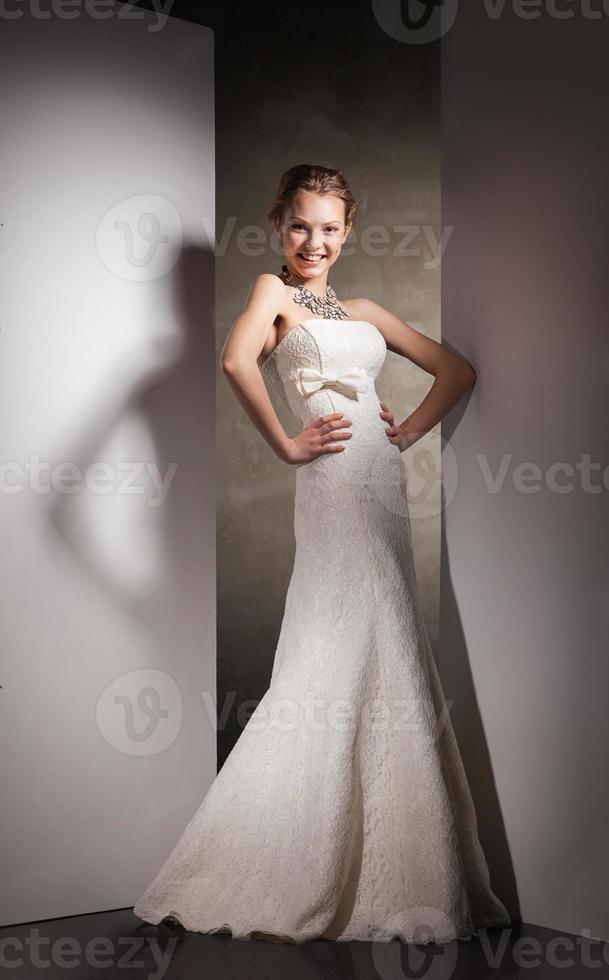 de mooie jonge vrouw in een trouwjurk foto
