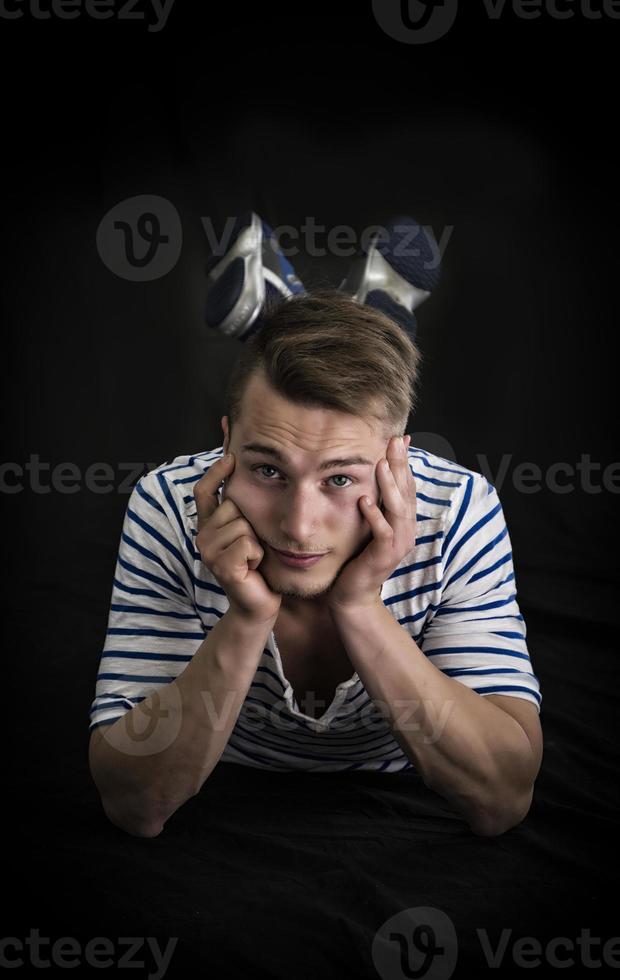 knappe blonde jonge man tot vaststelling foto