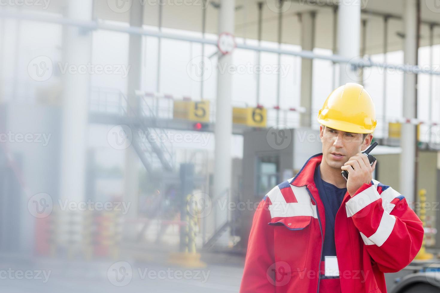 mannelijke werknemer met walkie-talkie in scheepswerf foto