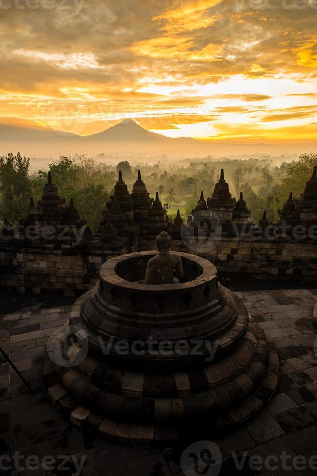 gouden hemel zonsopgang boven borobudur stoepa, indonesië foto