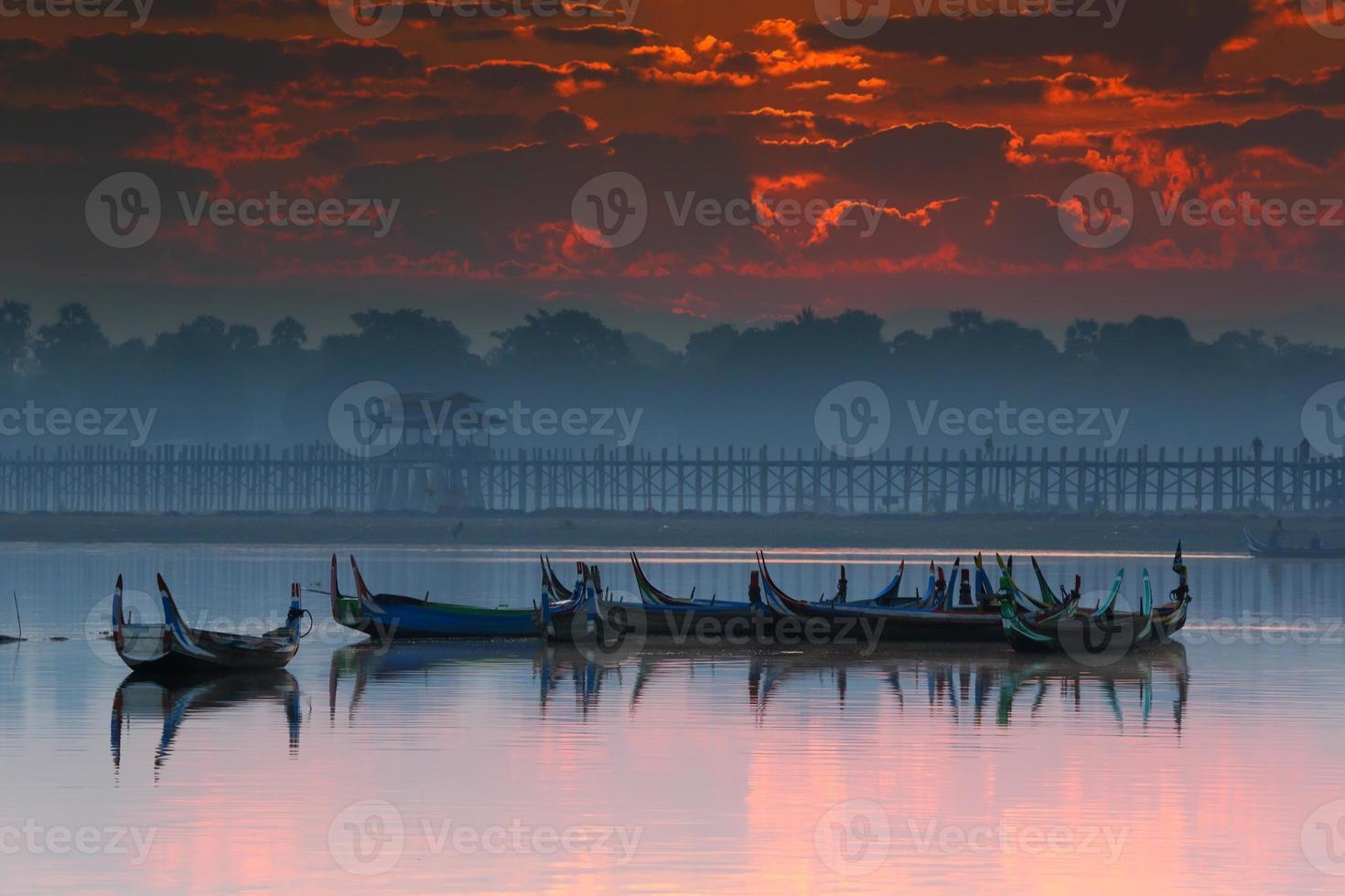 oude houten brug bij u-bein brug, mandalay in myanmar foto