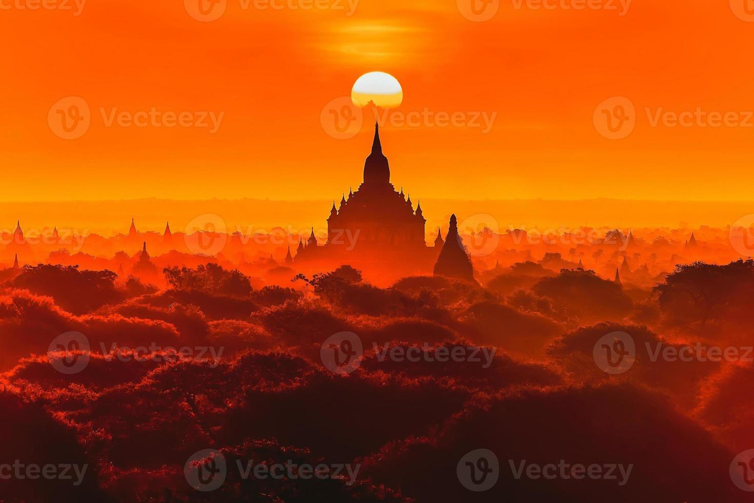 zonsondergang bij oude tempel in bagan, myanmar foto