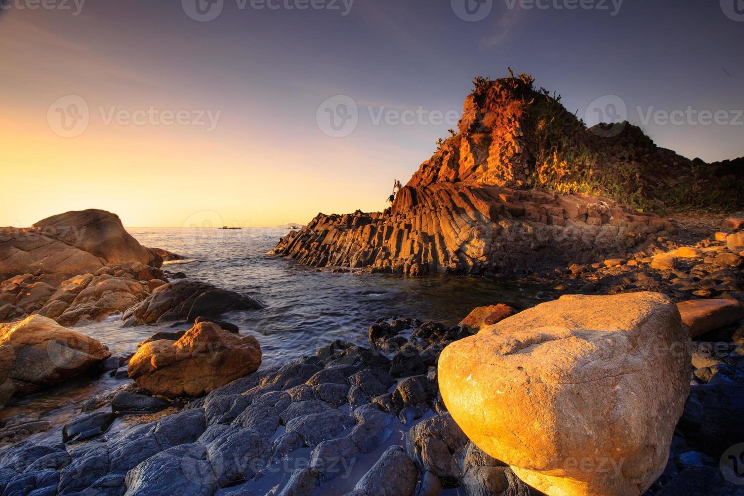 plaat terrasvormige basalt rots op phu yen zee, vietnam foto