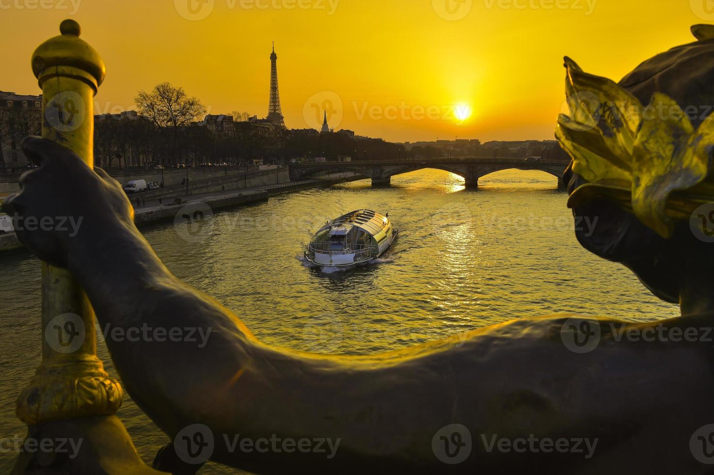 parijs bij nachttour eiffel pont alexandre iii brug foto