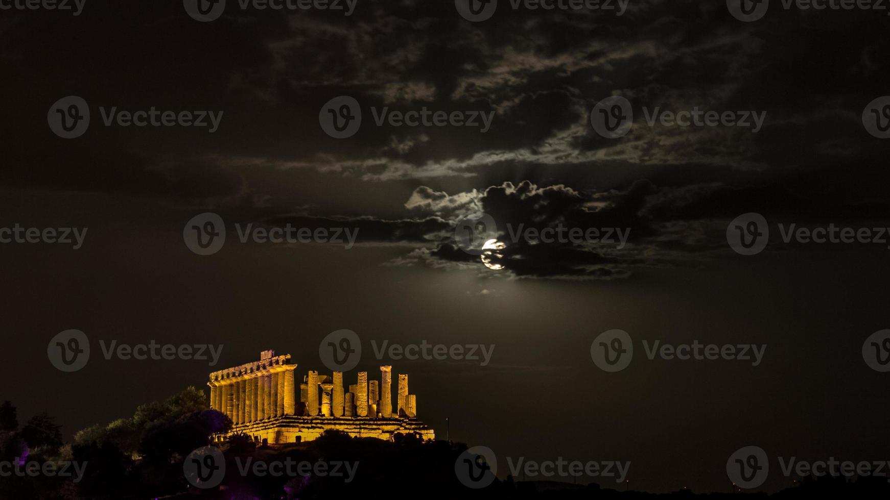 tempel van juno 's nachts. vallei van tempels, agrigento. foto