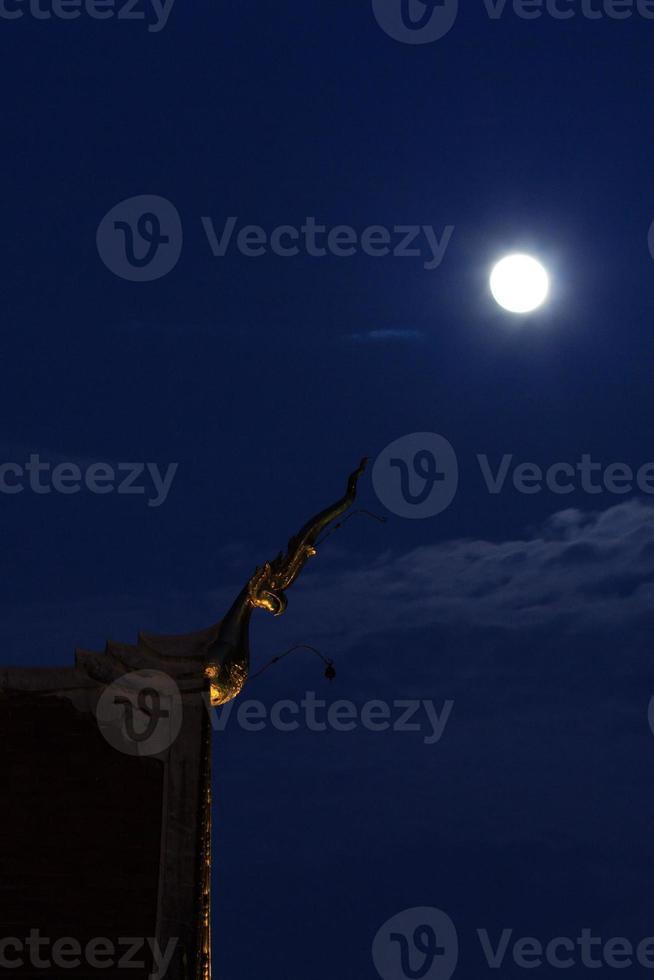 wat chedi luang worawihan uitgelijnd met de maan foto