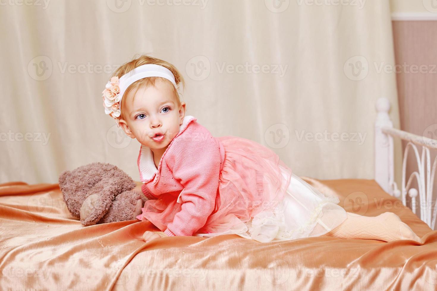 klein meisje in jurk foto