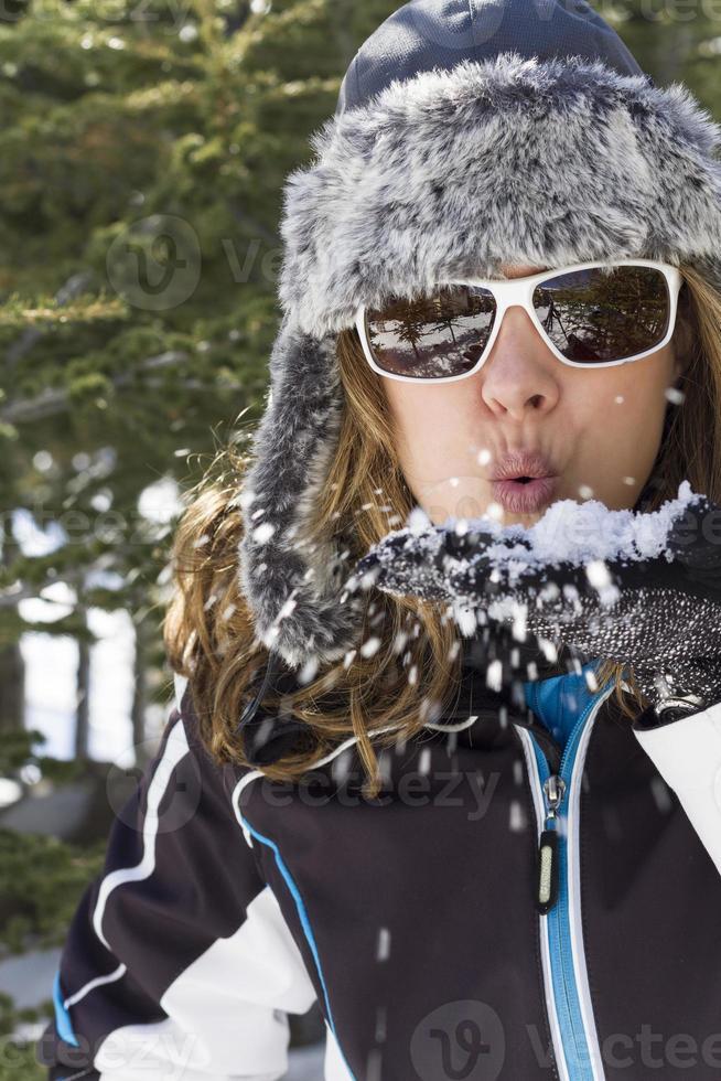 vrouw waait sneeuw foto