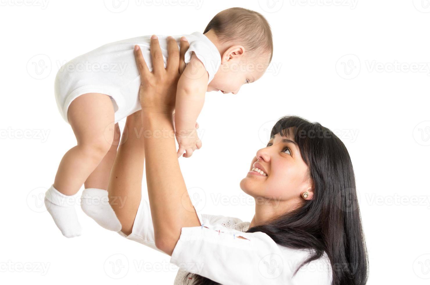 portret van vrolijke nieuwe moeder die kleine babyjongen houdt foto