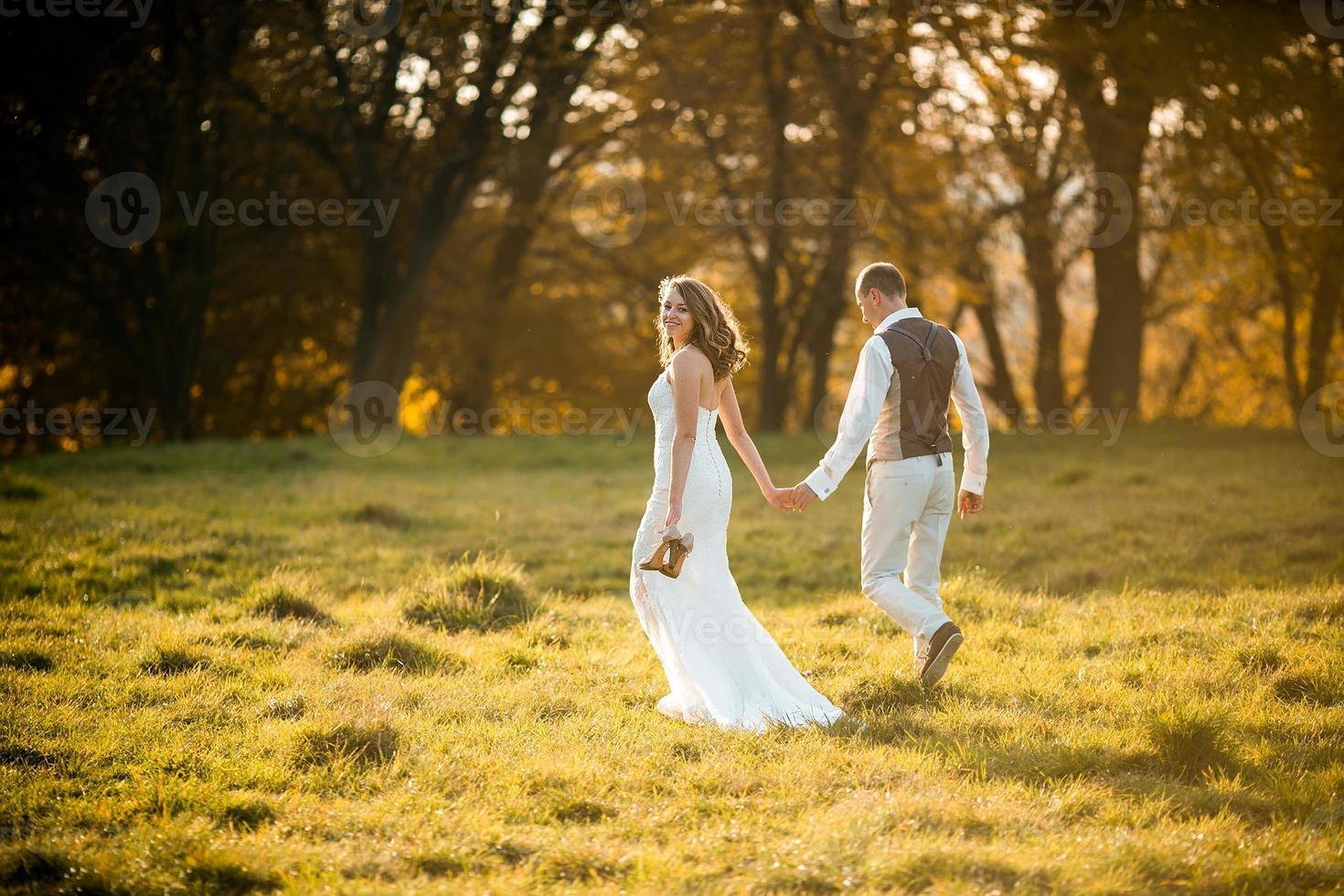 mooi paar wandelen foto