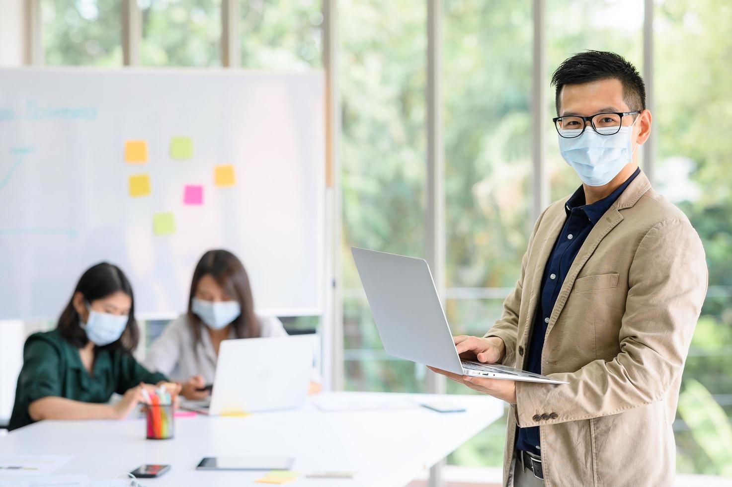 zakenman draagt gezichtsmasker op kantoor foto