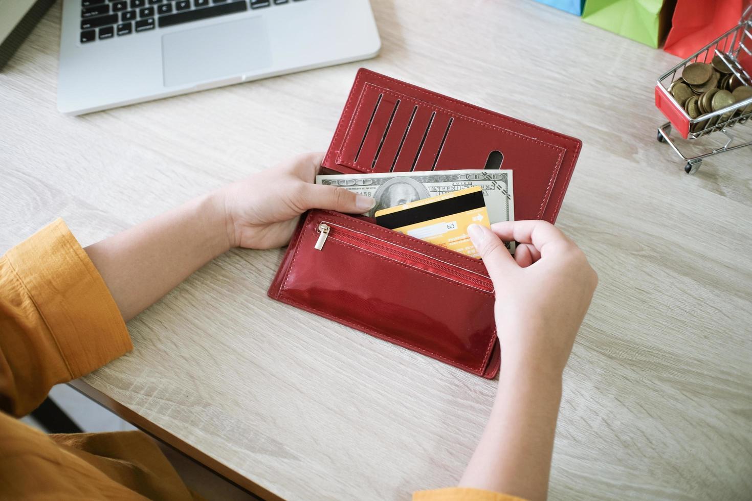 vrouw die creditcard uit portefeuille trekt foto