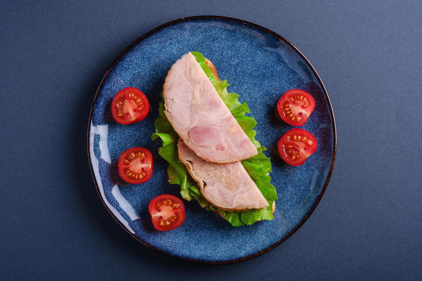 sandwich met kalkoen ham vlees, bovenaanzicht foto