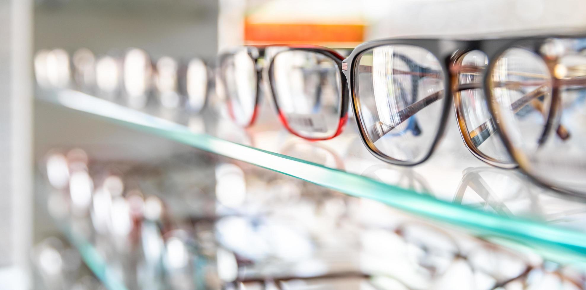 lenzenvloeistof vitrine met dioptrische bril foto