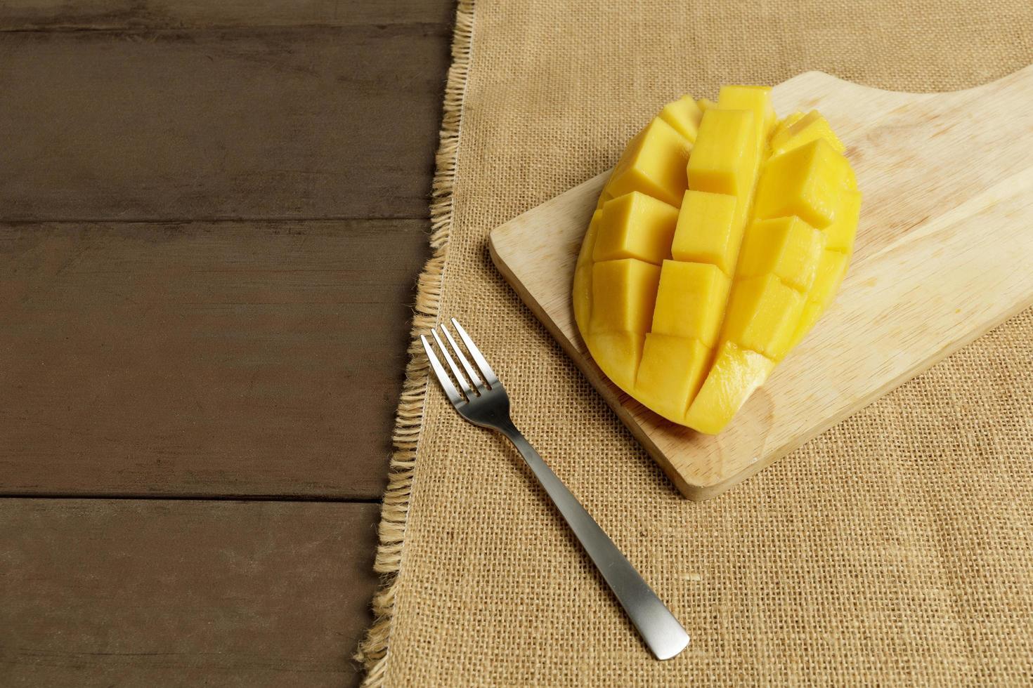 mango fruit blokjes op houten tafel foto
