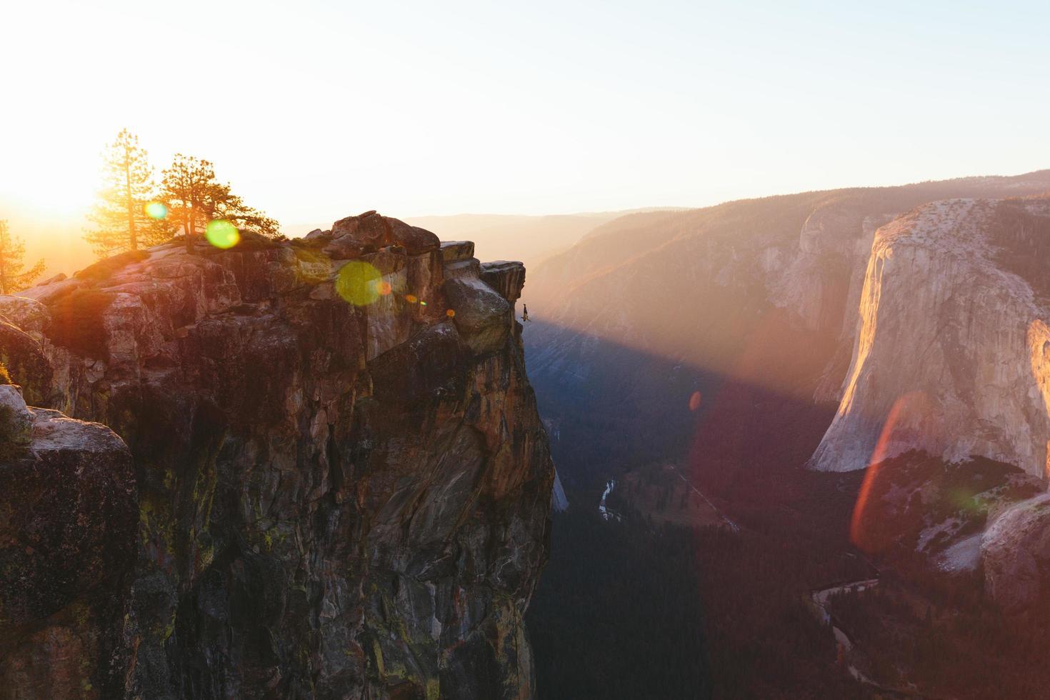 bergbeklimmer hangt van taft punt in yosemite foto