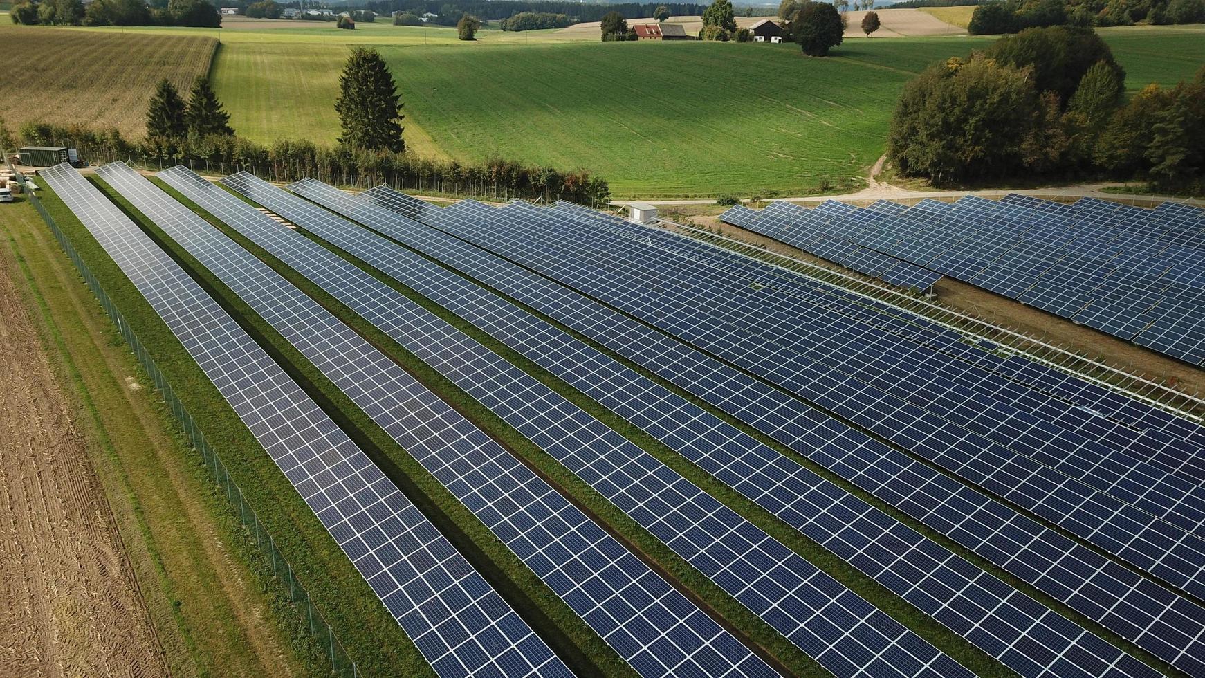 zonne-energie veld foto
