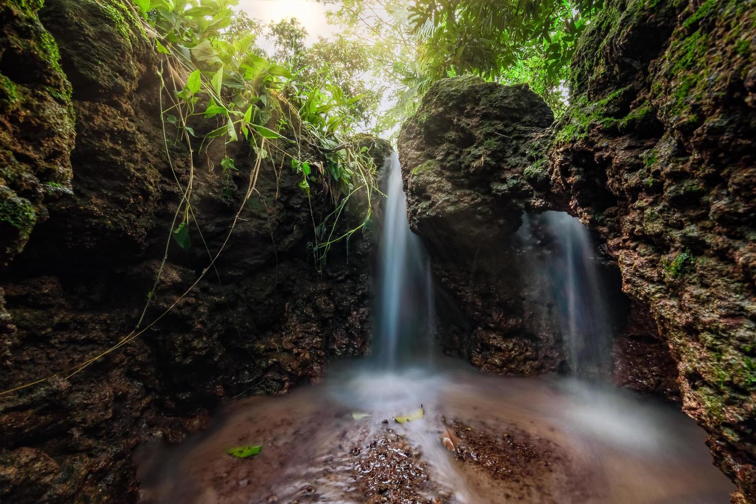 waterval in het bos van thailand foto