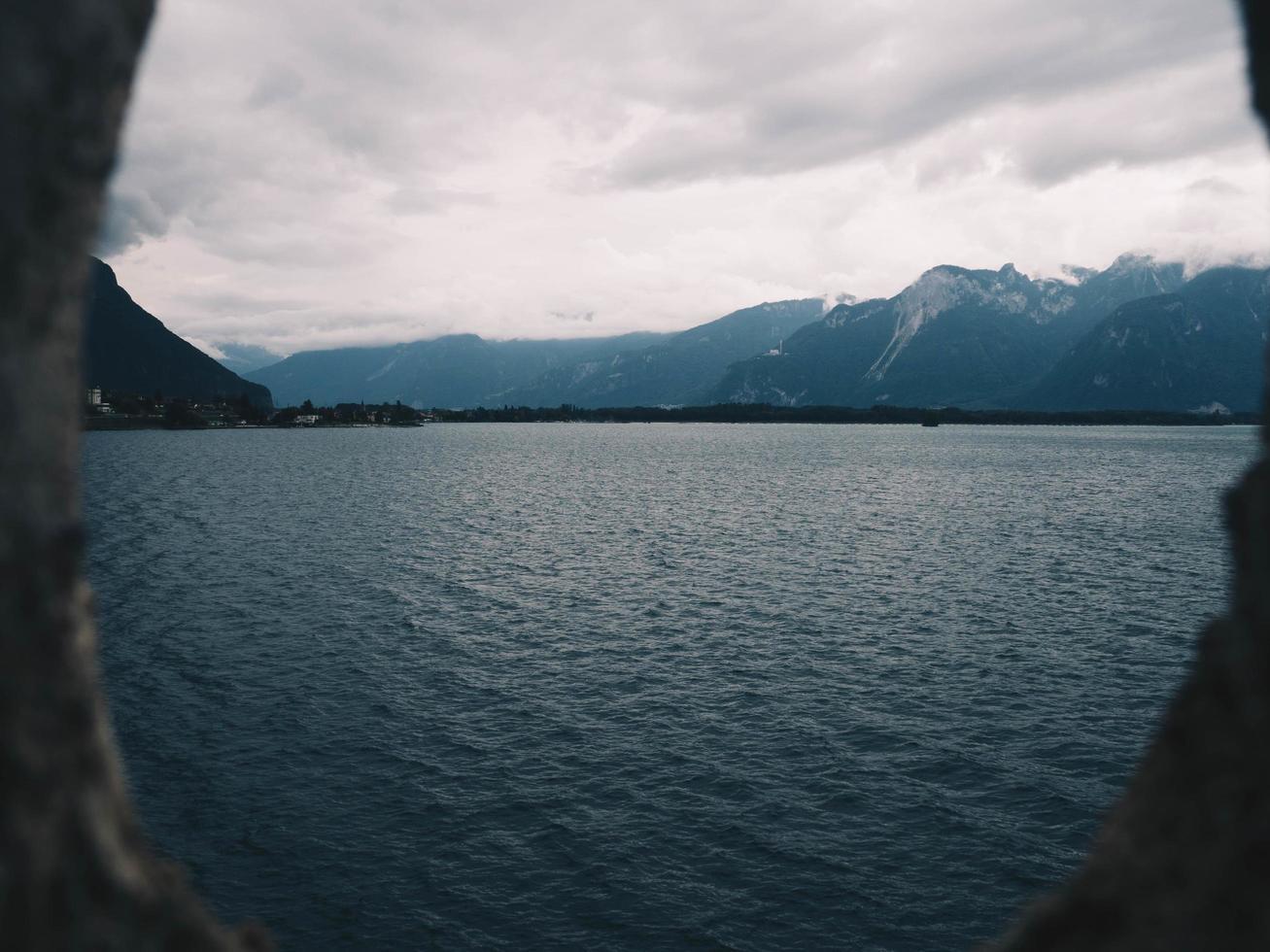 uitzicht op de oceaan in de buurt van bergen foto