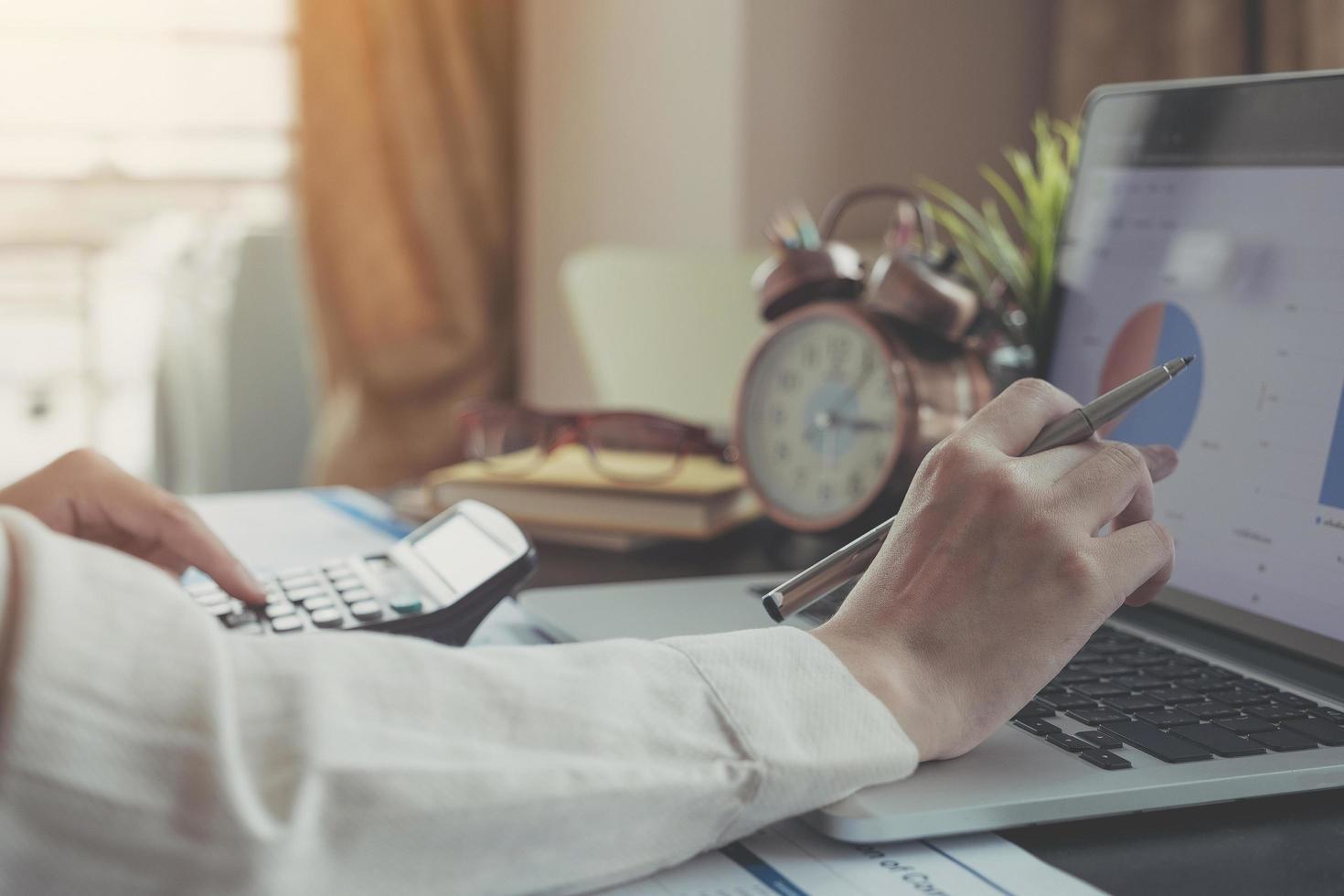 een zakelijke professional die op laptop in thuiskantoor werkt foto