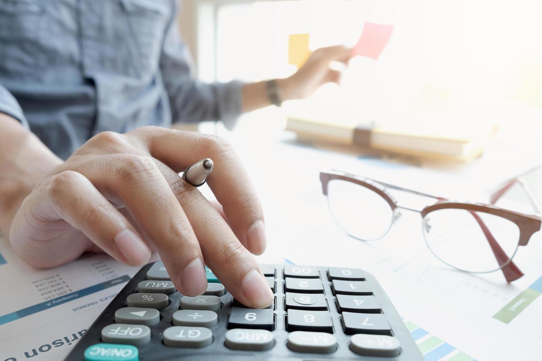 zakenman met behulp van rekenmachine foto