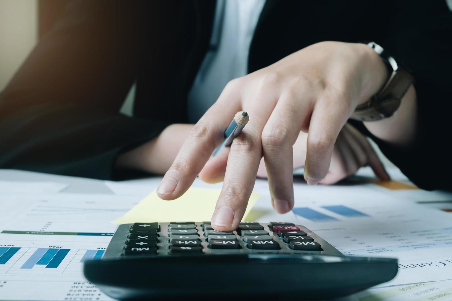 close-up van professionele rekenmachine gebruiken foto