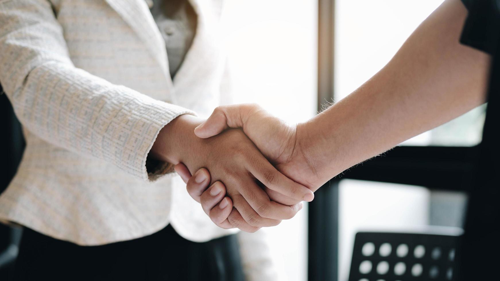 twee zakelijke professionals handen schudden foto