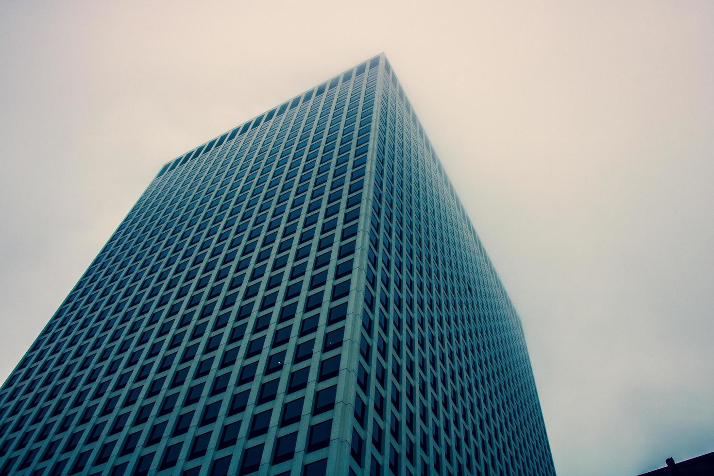 straatniveau weergave van wolkenkrabber foto