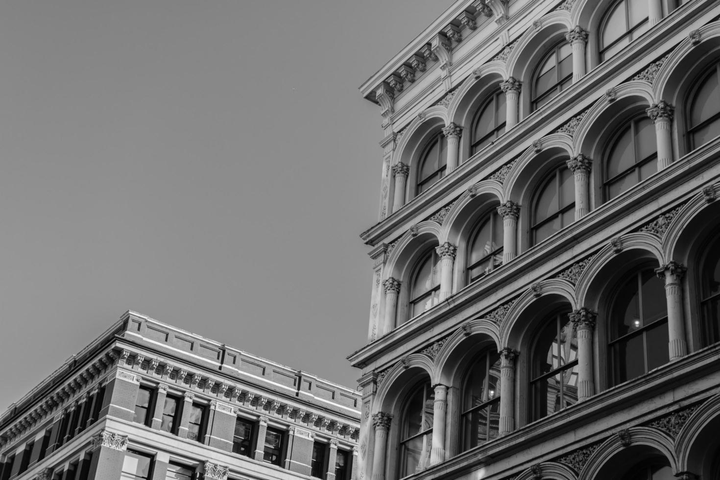 grijswaardenfotografie van betonnen gebouwen foto