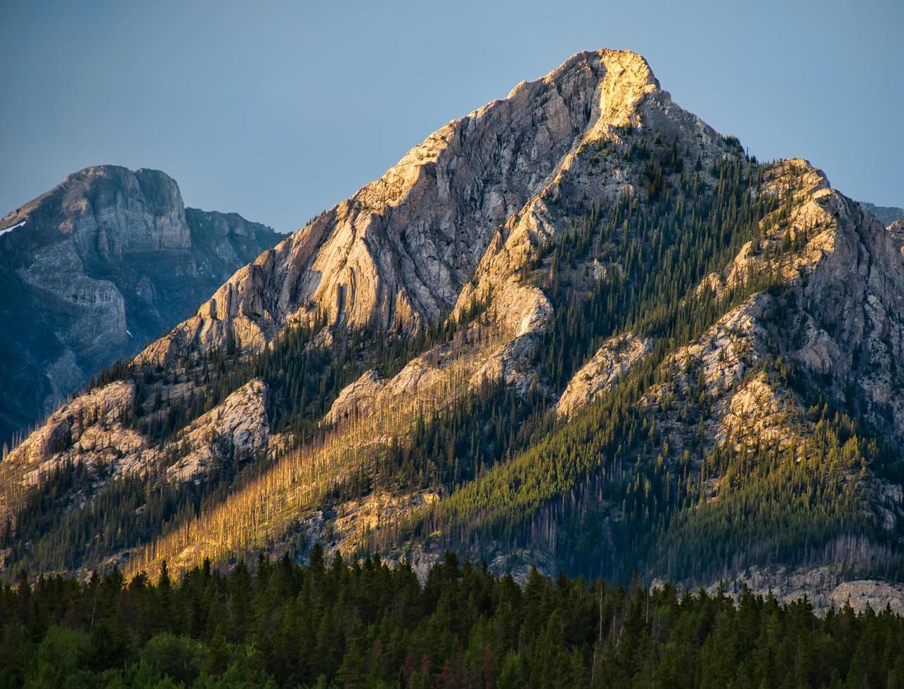rotsachtige berglandschap bij zonsondergang foto