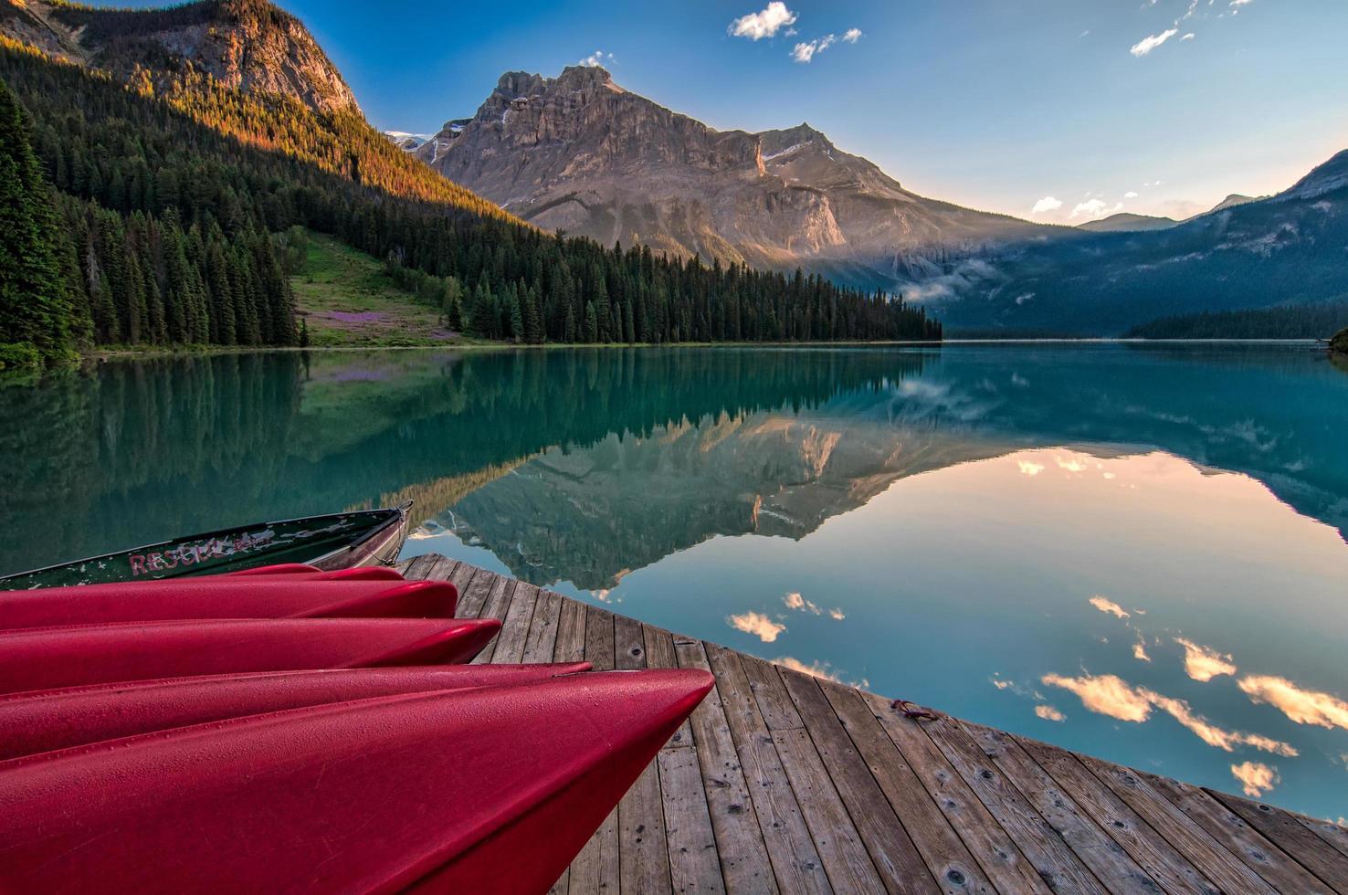 rode kano's op dok in de buurt van water foto