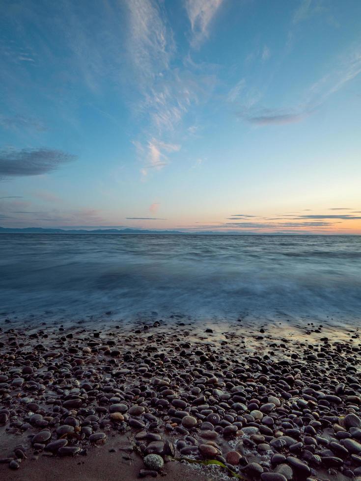 rotsachtige kust in Vancouver bij zonsondergang foto