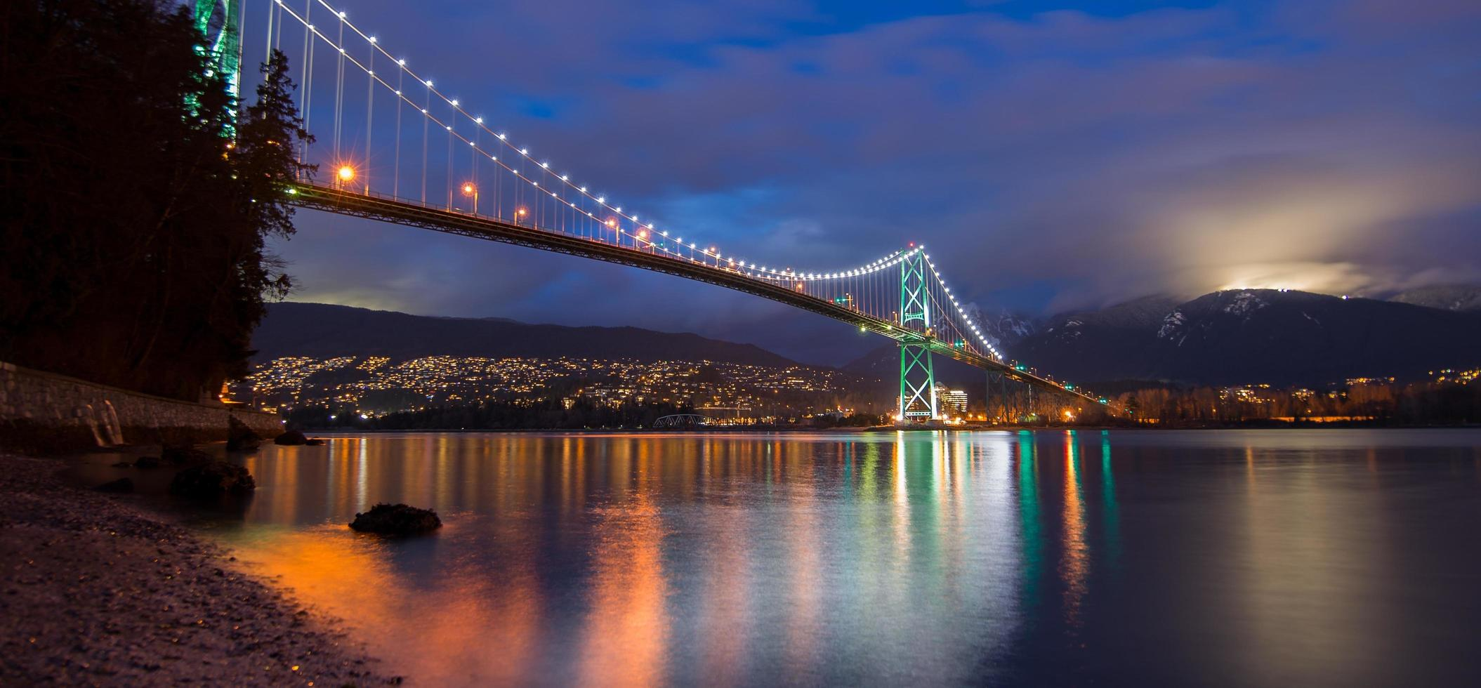 golden gate bridge 's nachts foto