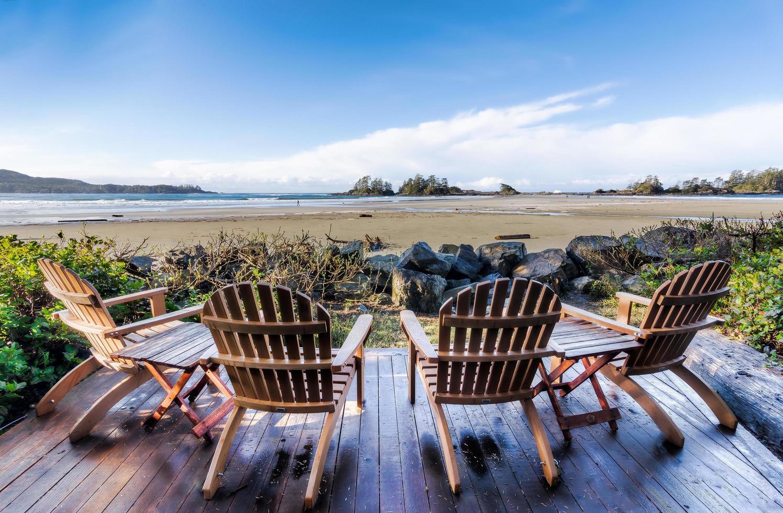 stoelen op veranda met uitzicht op strand foto