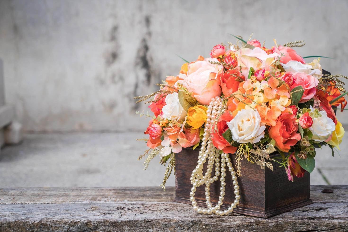 bloemboeket in houten kist foto